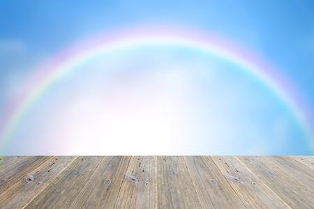 arco iris: Terraza de madera y borrosa cielo azul y nubes blancas con el arco iris