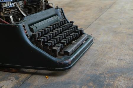 maquina de escribir: m�quina de escribir de la vendimia en una mesa de madera