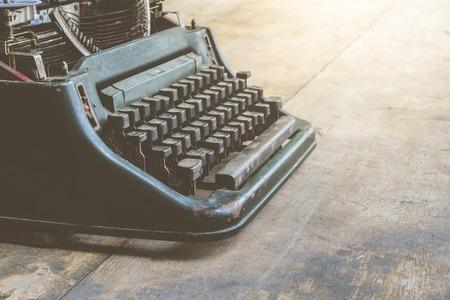 maquina de escribir: M�quina de escribir de la vendimia en una mesa de madera, proceso en el estilo vintage Foto de archivo