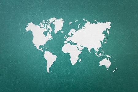 mundo manos: Pizarra verde con el mapa mundial Foto de archivo