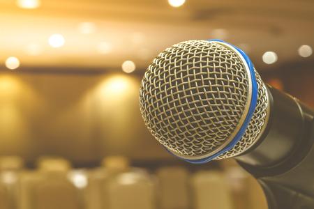 Microfoon in seminar evenement onscherp op vergaderzaal achtergrond, proces in vintage stijl Stockfoto