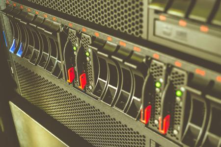 computer centre: Equipo servidor y almacenamiento redada en el centro de datos, proceso en el estilo vintage