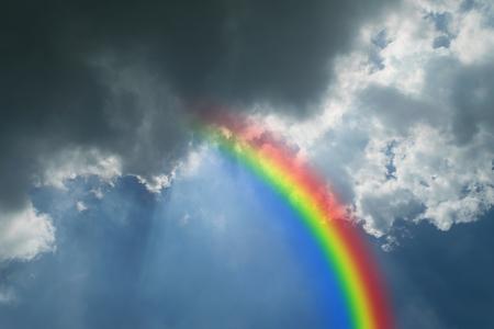 arc en ciel: Nature nuages ??avec le ciel bleu et nuages ??blancs sur un arc-en- Banque d'images
