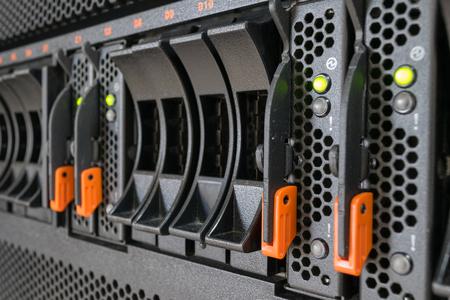 データ センターでのコンピューター サーバー メインフレームと raid ストレージ
