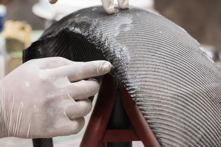 Verpackung Kohlefaser oder Kevlar und Mann Hand für die Arbeit