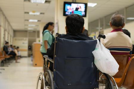 Patiënt ouderen op rolstoel en veel patiënten wachten een arts en een verpleegster in het ziekenhuis