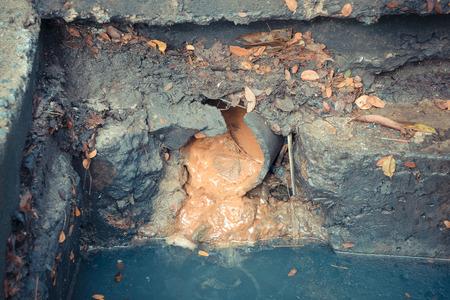 Trabajar para la limpieza de drenaje. Problema con el sistema de drenaje. Foto de archivo