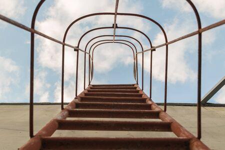 clavados: el rojo escalera fija hasta el cielo azul con nubes