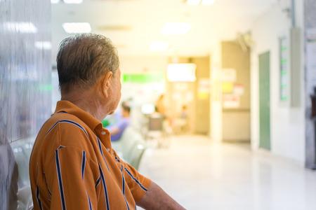 환자 노인 및 의사와 병원에서 간호사 대기하는 많은 환자, 부드러운 오렌지 태양 빛 스타일에서 프로세스