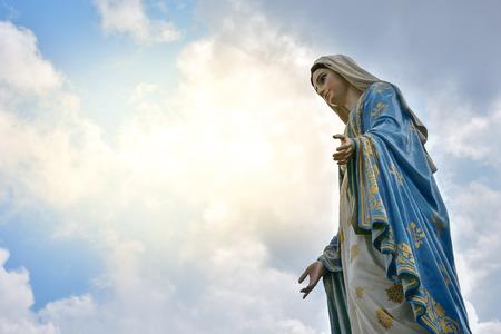 La statue de la Vierge Marie à la cathédrale de l'Immaculée Conception est un diocèse catholique de Chanthaburi. , Processus dans le style doux de la lumière du soleil d'orange