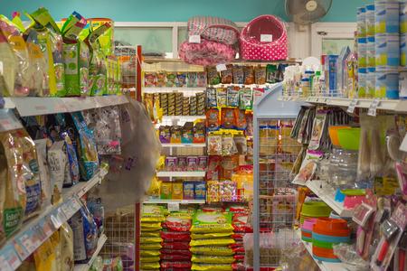 バンコク, タイ王国 - 2016 年 5 月 25 日: ペットフード (犬、猫など) ペット ショップでペットの商品棚の上の多くの種類。