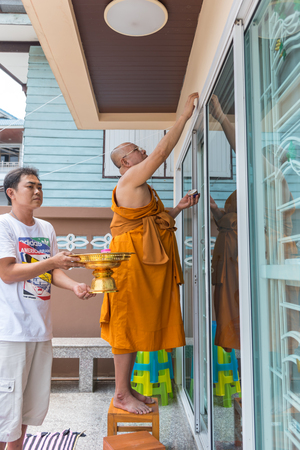 Ang Thong, Thailand - May 21, 2017 : Thai monk ritual for cerebrate the new house or house-warming ceremony in buddhist in Thailand Imagens - 78728121
