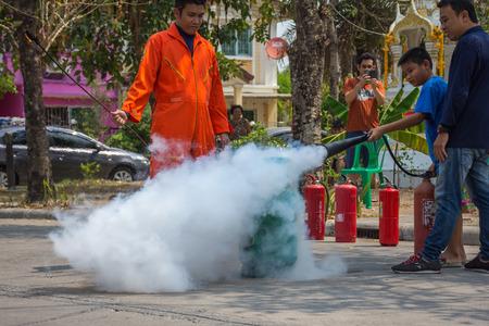 riesgo quimico: Bangkok, Tailandia - 5 de marzo de 2017: Preparación de muchas personas para el simulacro de incendio y la formación para utilizar un tanque de seguridad contra incendios en la aldea de Bangkok, Tailandia.