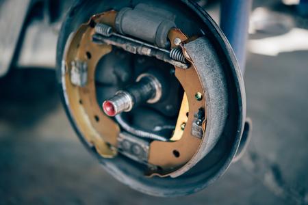 Trommelrem en asbest remblokken het is een onderdeel van autogebruik om de auto te stoppen voor de veiligheid aan het achterwiel dit is een nieuw onderdeel voor reparatie in de garage Stockfoto