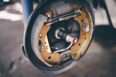 드럼 브레이크 및 석면 브레이크 패드 그것은 자동차 차체에서 수리를위한 새로운 예비 부품이 뒷바퀴에서 안전을 위해 자동차를 중지하기 위해 자동차 사용의 일부입니다. 스톡 콘텐츠 - 91673946