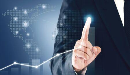 Biznesmen pokazujący wzrost biznesu na wykresie, ręce dotykają wykresu, który przedstawia wzrost zysków na znacznie więcej.