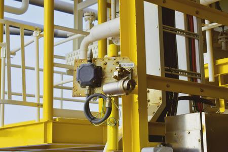 Infrarot-Gasdetektor zur Überwachung und Erkennung von Gaslecks an einer zentralen Öl- und Gasverarbeitungsplattform. Standard-Bild