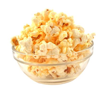 Kom van verse popped popcorn geïsoleerd op witte achtergrond