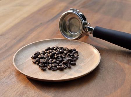 adn: granos de café adn Cafetera en fondo de madera Foto de archivo