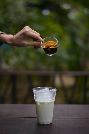 Barista die ijs latte koffie maakt Stockfoto