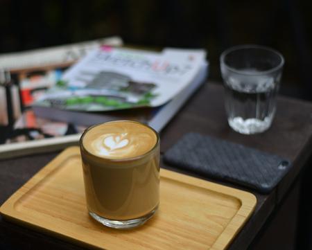 hete latte op tafel