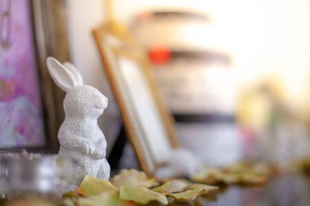 White ceramic doll, rabbit Placed on the dressing table in the dressing room and makeup.soft focus. Banque d'images