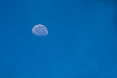 moon in the blue sky in the daytime 写真素材 - 132272475