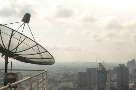 Bangkok / Thailandia - 8 marzo 2019: Vista a volo d'uccello per mostrare il bel cielo e il traffico intenso sopra la vista della città di Bangkok che è piena di polvere PM 2,5 nociva che è dannosa per il corpo. Archivio Fotografico