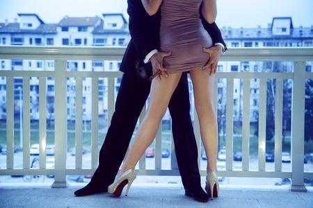 prostituta: Hombre de moda con un traje de tocar el culo niña en un vestido corto al aire libre