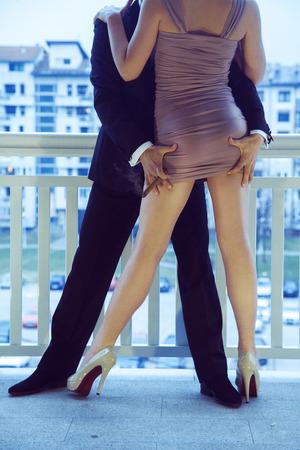 prostituta: tipo vertical de la imagen en un traje de tocar el culo niña en un vestido corto al aire libre Foto de archivo