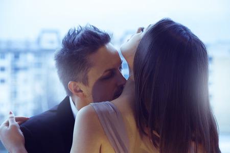 야외에서 서로 키스 매력적인 몇