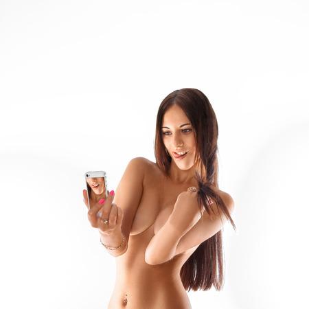 fille nue sexy: Séduction fille faisant selfie sur fond blanc. isolé. carré. copier l'espace.