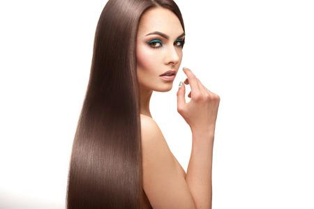 cabello lacio: Señora encantadora con maquillaje y el pelo liso perfecto en el fondo blanco Foto de archivo