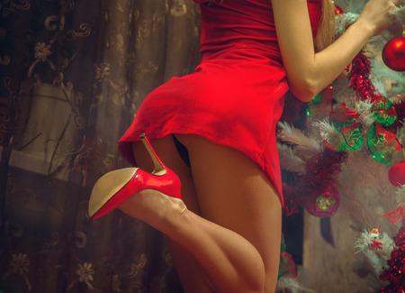 Sexy ass neben dem Weihnachtsbaum.