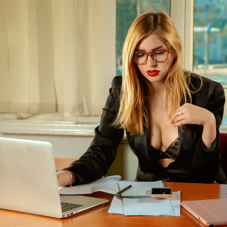 busty: Foto plaza de secretaria sexy portátil de trabajo en una oficina. Concepto de negocio Foto de archivo