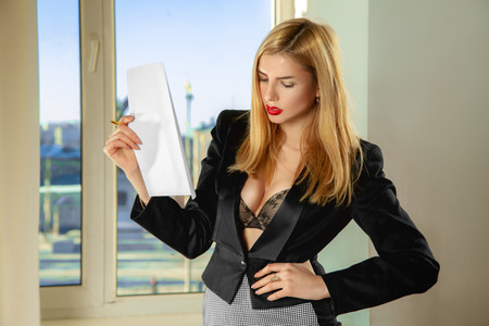 tetona: secretaria tetona moda con documentos en mano. Concepto de negocio Foto de archivo