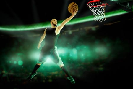 cancha de basquetbol: Retrato horizontal de jugador de baloncesto profesional hace clavada en el juego. Juego de baloncesto. NBA. Deportista juega al baloncesto. Foto de archivo