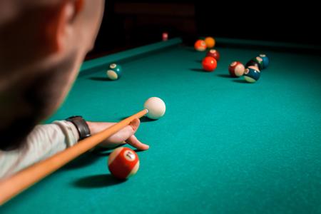 bola de billar: Fragmento de la partida de billar de la piscina en el proceso.