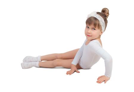 turnanzug: Kleines Mädchen auf einem weißen Hintergrund in einem Ballett Trikot posiert