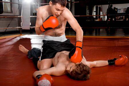adentro y afuera: Boxer en pantalones cortos negros está llamando a su oponente Foto de archivo