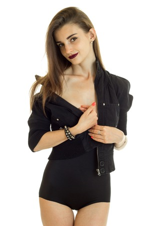 portrait vertical mince jeune belle fille en robe noire isolé sur fond blanc