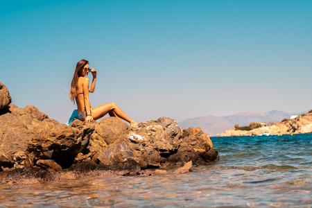 Sexy junges Mädchen im Ozean posiert
