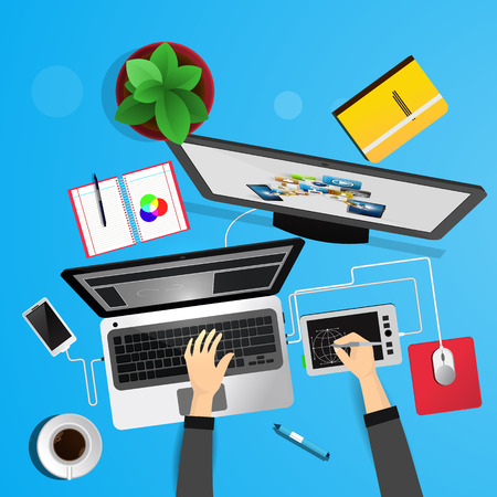 Desk bovenaanzicht van de ontwerper. Computer, koffie, tablet voor tekening.
