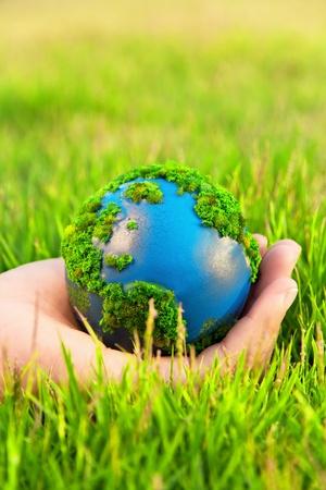 ahorrar agua: Las manos y la Tierra