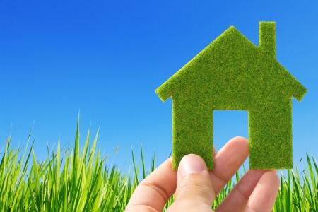 mano que sostiene la casa ecológica concepto de icono
