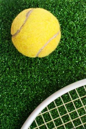una pelota de tenis sobre hierba photo