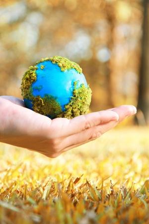 ahorrar agua: Las manos y la Tierra, el calentamiento del concepto de la tierra
