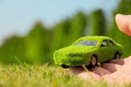 손을 잡고 에코 자동차 아이콘 개념 스톡 콘텐츠