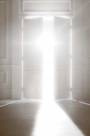 puerta abierta: Puerta abierta con la luz brillante