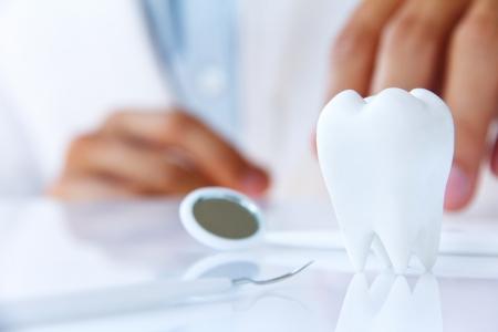 tandarts houdt molair, tandheelkundige begrip Stockfoto